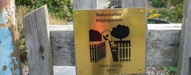 Schild an Gartentor Naturnaher Kleingarten