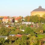 Blick auf die Kleingartenanlage des KGV Erholung in Leipzig-Connewitz, links die MDR-Zentrale, mittig das Panometer